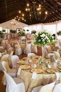 Décoration la salle de mariage Wedding reception hall with laid tables