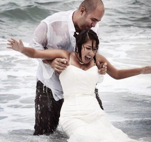 ccommons-CasaFragma-Trash_the_dress_-_Wetlook_in_wedding_clothes_-_Heterosexual_couple_in_sea